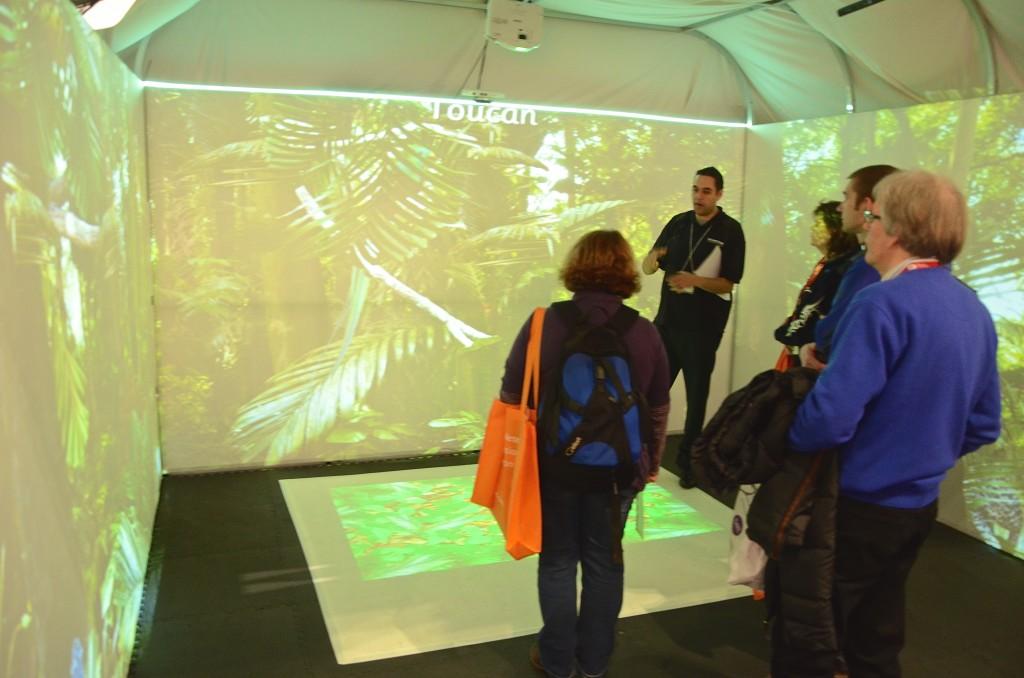 Ett digitalt regnskogsrum. I nästa minut byttes väggarnas bilder ut mot en illustrerad saga för barn.