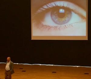 Per Kornhall avslutar med en vacker bild. Pupill - pupil - elev - ögonsten.